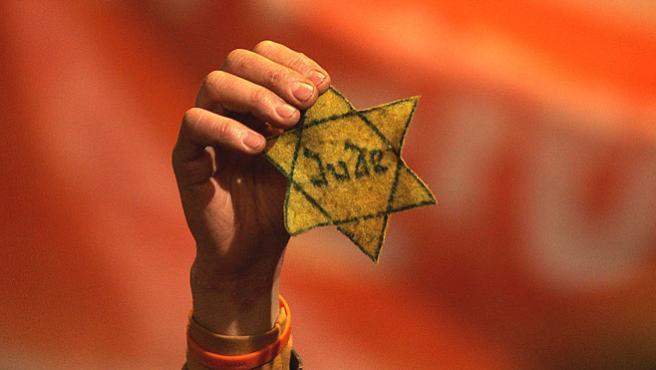 <strong>Estrella</strong>. Un manifestante israelí enseña una estrella de David con la palabra <em>Judío</em>durante una protesta en Jerusalén contra los desalojos de colonias israelíes la semana pasada.