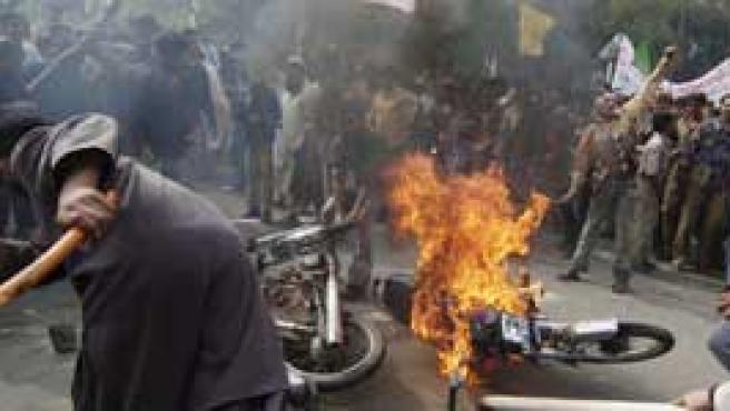 Los manifestantes quemaron varios vehículos (Foto: Efe)