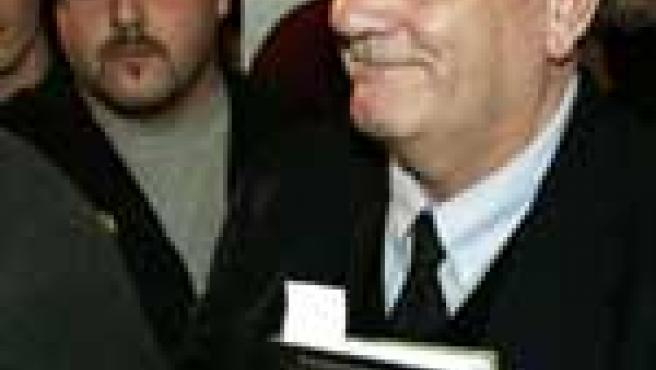 """David Irving muestra su libro """"La guerra de Hitler"""" a su llegada al juicio (Foto: Efe)"""