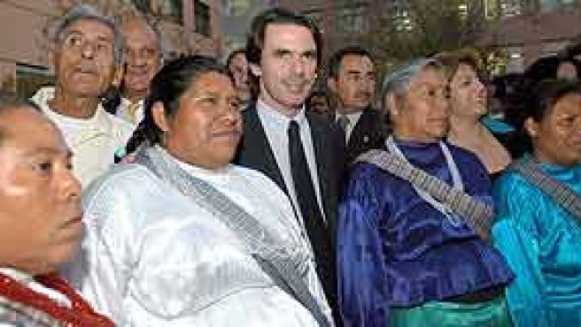 José Maria Aznar posa con un grupo de mujeres indígenas el pasado martes en Ciudad de México. (EFE)