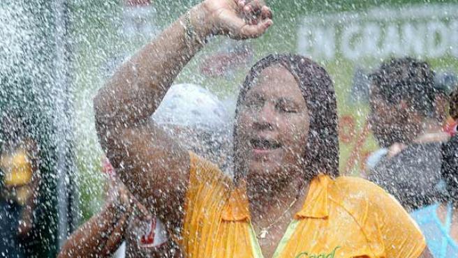 Miles de panameños acudieron a las calles para participar de los tradicionales culecos o juegos de agua, durante el comienzo de las festividades del Carnaval hoy, sábado, 25 de febrero, en la ciudad de Panamá. (Alejandro Bolívar/EFE)
