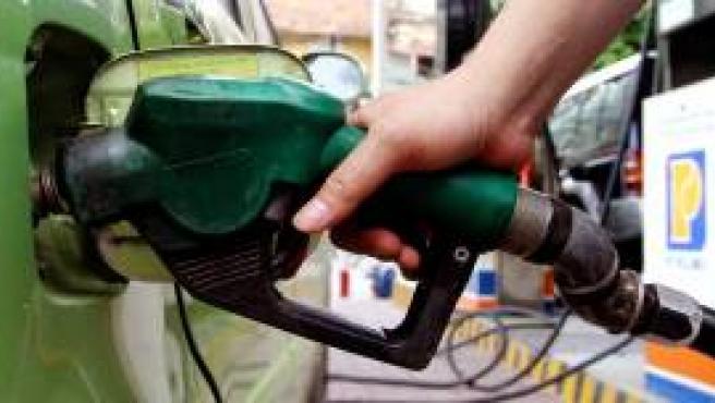 Llenado de un depósito de gasolina (Reuters)