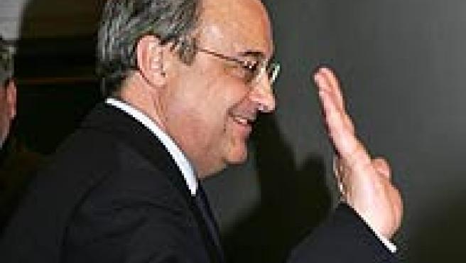 Florentino Pérez se despide tras la rueda de prensa en la que anunció su dimisión. (EFE)