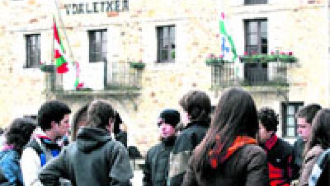 Numerosos jóvenes, amigos y compañeros de las víctimas del accidente, se concentraron en la plaza de Larrabetzu.