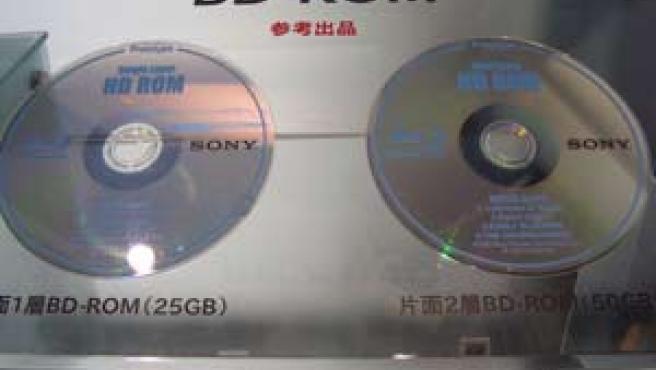 Ejemplo de dos de los nuevos discos ópticos Blue-Ray de Sony