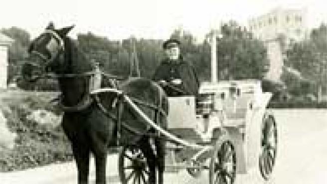 El abuelo Juan, a caballo por el paseo marítimo de Palma de Mallorca en 1958. La envió su nieta, Bárbara.