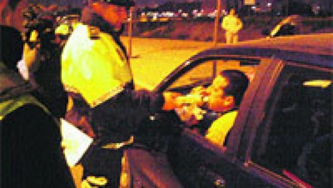 Un conductor realiza la prueba de alcoholemia.