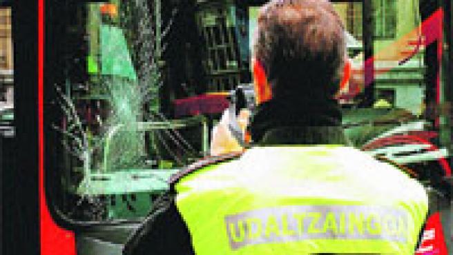 Un policía local graba el frente del bus.