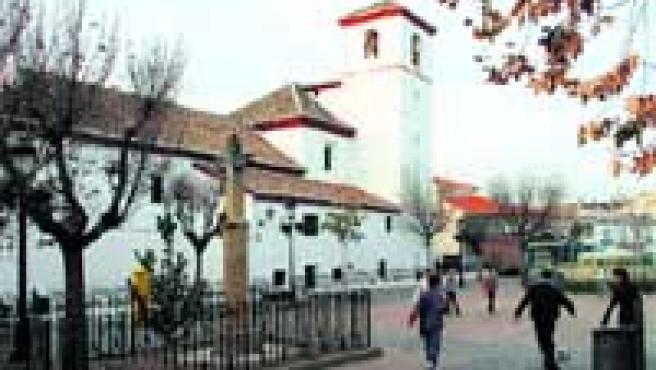 Vista general de la iglesia de Nuestra Señora de la Cabeza, ubicada en la plaza Alta, punto de recreo habitual de los chavales.