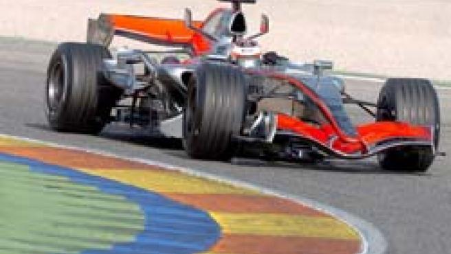 Raikkonen, rueda con su nuevo Mclaren en el asfalto de Cheste (EFE)