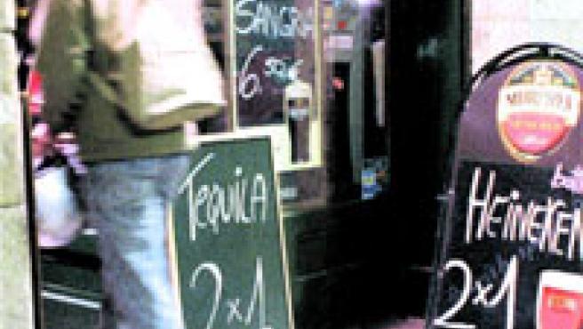 Ofertas de 2x1 en bebidas en uno de los pubs que proliferan alrededor de La Rambla.
