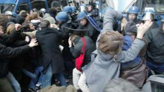 La Policía francesa carga contra un grupo de estudiantes (Efe).