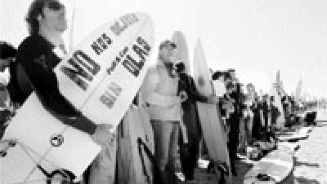 Los surfistas de Barcelona, ayer, en el acto de protesta en la playa.