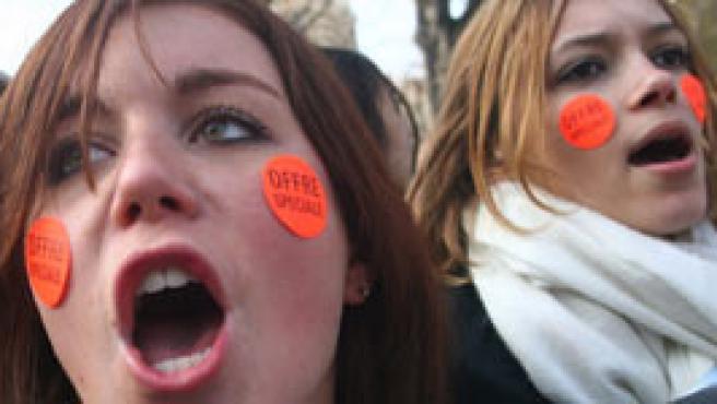 Jóvenes se manifiestan contra el contrato juvenil propuesto por el Gobierno conservador, en París, Francia, hoy sábado 18 de marzo. (Oliver Weiken/EFE)