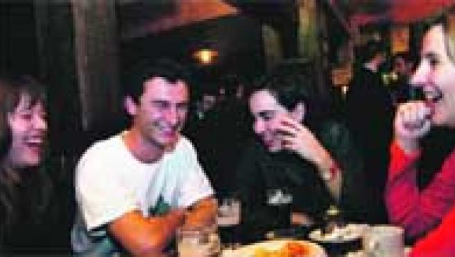 Un grupo de estudiantes de Erasmus, reunidos en un pub de Bilbao el pasado jueves. La fiesta se alargó hasta bien entrada la madrugada.