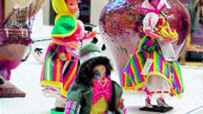 Objetos de dudoso gusto como éstos decoran hasta el 31 de marzo el hall del centro comercial L'Illa Diagonal.