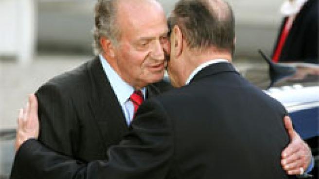 Chirac despide al Rey con un abrazo (Foto: Efe)