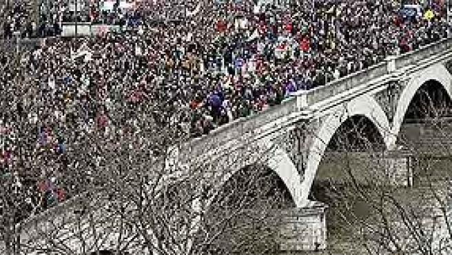 Manifestantes cruzan el Sena en París (Benoit Tessier/Reuters)