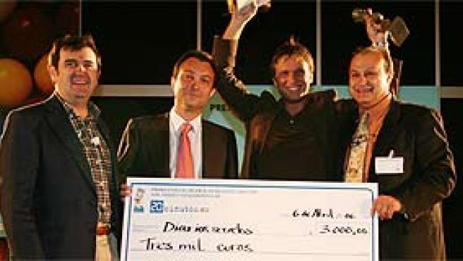Rafael Fernández (2º por la dcha.) recoge el premio al mejor blog del año (Sergio González).