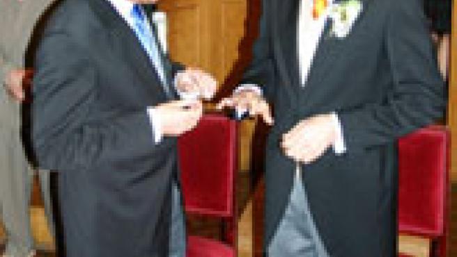 José Araújo (a la izquierda) y su pareja, Nino Crespo, intercambian anillos (Foto: Efe)