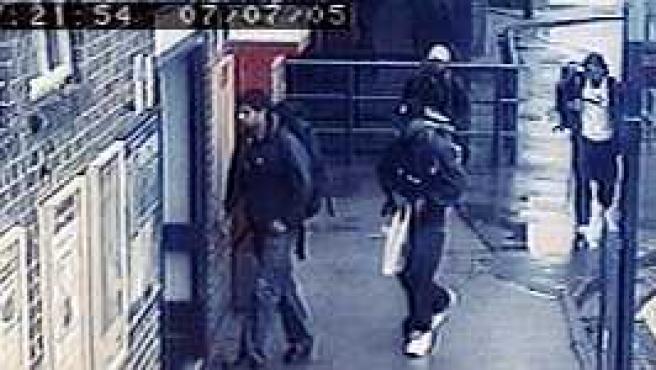 Los cuatro supuestos suicidas entran en la estación de Luton (Reuters)