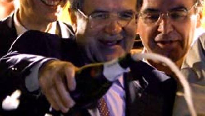 Prodi, ajeno a las críticas de Berlusconi, celebra la victoria (AP Photo)