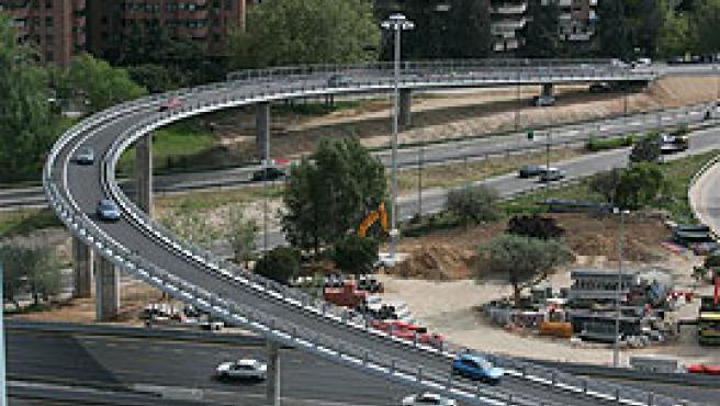 La nueva pasarela permite salir del barrio del Pilar hacia la carretera de Colmenar (Jorge París).