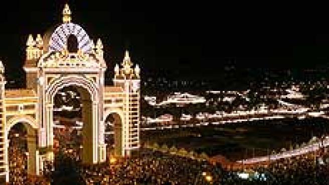 """Puerta de la Feria de Abril de Sevilla, con la clásica """"prueba del alumbrado"""" y el encendido de las 372.000 bombillas que iluminarán durante una semana el recinto ferial."""