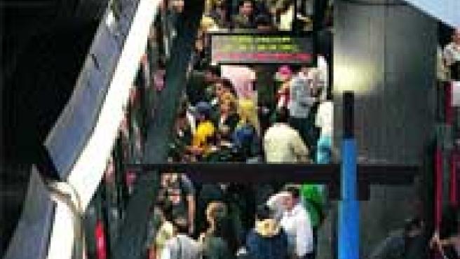 Los paros provocaron ayer aglomeraciones como la de la imagen, en Príncipe Pío.