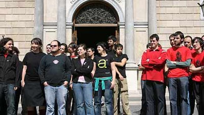 Una trentena de joves van protestar ahir davant la Generalitat. (Jordi Soteras)