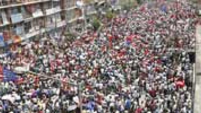 Manifestantes a favor de la democracia celebran la decisión del rey de restaurar el Parlamento. (Reuters)