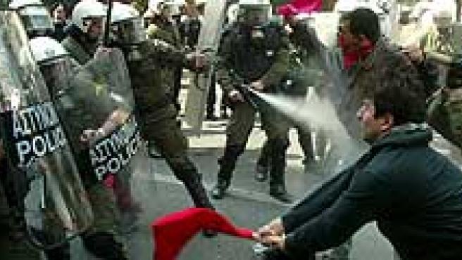 Unos manifestantes se enfrentan a la Policía en Atenas. (Efe)