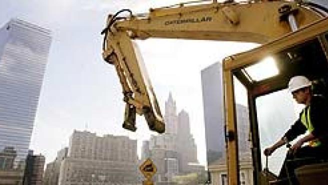 Un vehículo de la construcción entra en el lugar en el que se encontraban las torres gemelas, durante la ceremonia de comienzo de la construcción de la Torre de la Libertad. (EFE)
