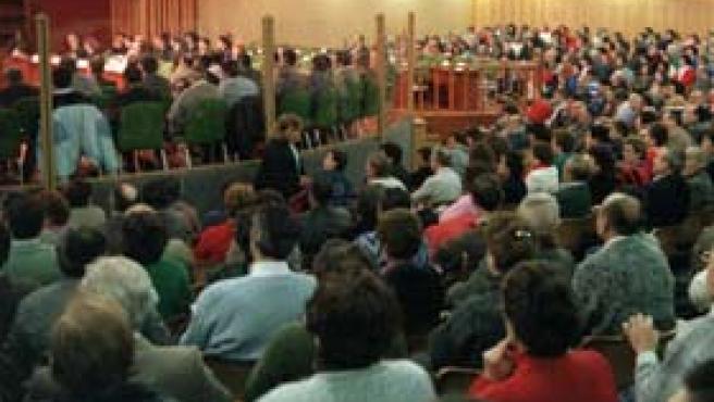 El público se concentra durante el juicio por el síndrome tóxico en el auditorio de la Casa de Campo, el 9 de febrero de 1988 (Foto: Efe)