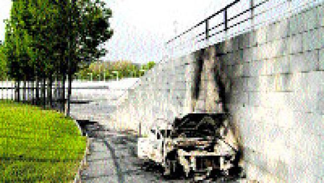 Los vecinos protestan porque nadie retira los coches quemados.