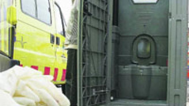 El bany on va aparèixer el fetus, ahir, amagat darrere les atraccions i en un recinte tancat.