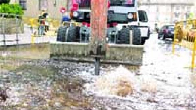 La rotura de la tubería provocó una importante inundación.