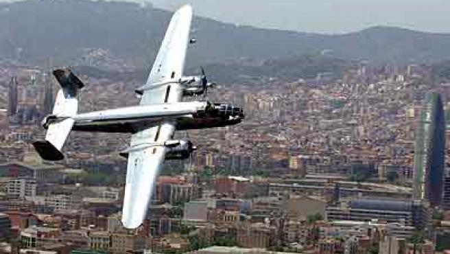 Un bombardero B25 sobrevuela Barcelona. (Efe)