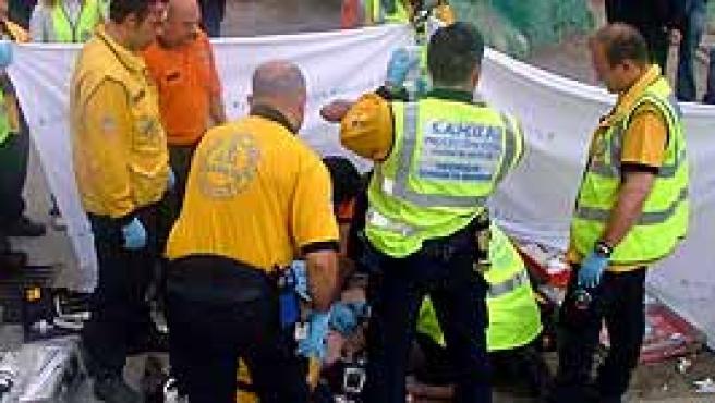 Sanitarios de SAMUR atienden al presunto agresor que ha fallecido horas después. (Ayuntamiento de Madrid)