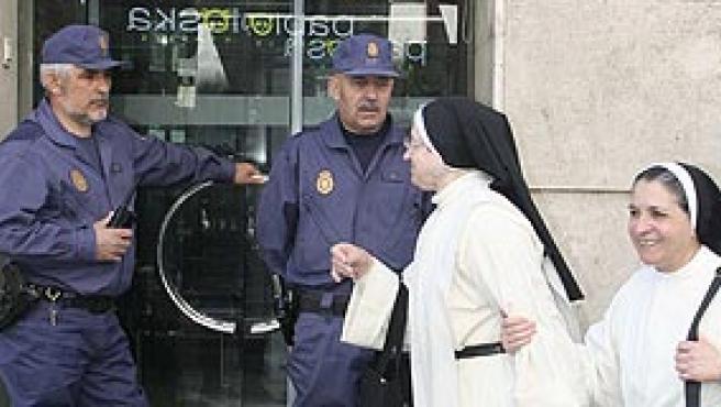 Dos agentes a la puerta de la sede de Fórum Filatélico en Valladolid.