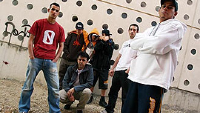 El alma máter del Rapeadero. A la derecha, Carlitos; a la izquierda, Abdellah. Agachado, Ernesto. A su lado, Asur. Detrás, tres chicos raperos (Sergio González).