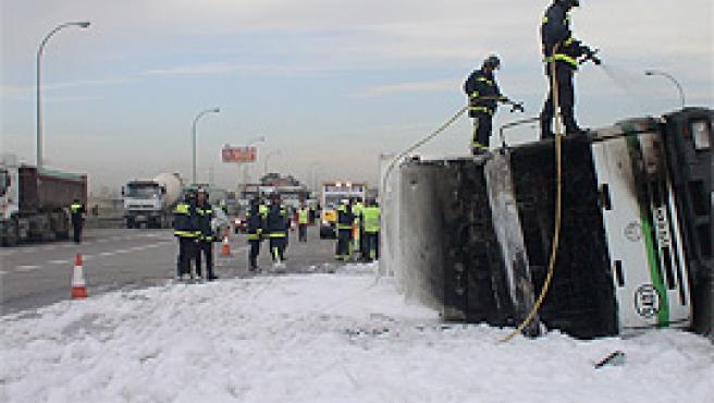 Los bomberos, apagando el incendio del camión (Ayuntamiento de Madrid).