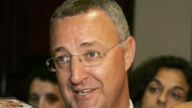 Jesús Caldera atiende a los periodistas. (EFE)