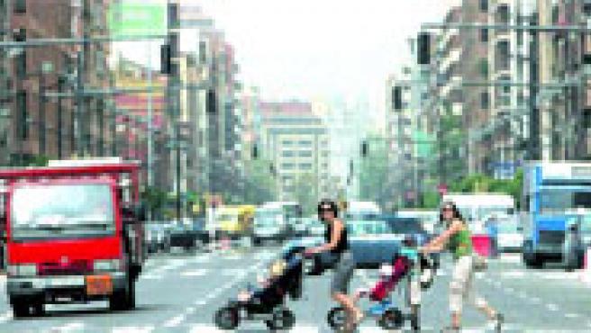 El alto número de pasos de peatones (hay 25, uno cada 94 metros) es una de las mejoras de la nueva avenida del Puerto. Ayer, en uno de ellos.