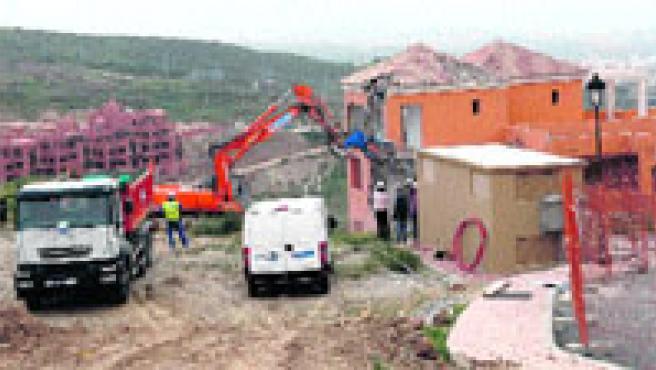 Las grúas comenzaron ayer la demolición del bloque de seis viviendas construido en una zona verde municipal.