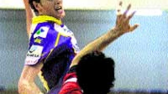 Eric Gull dispara ante la presión de Raúl Entrerríos.