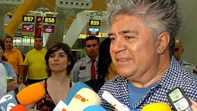 Pedro Almodóvar entrevistado tras conocerse que ha sido galardonado con el premio Príncipe de Asturias de las Artes. (EFE)
