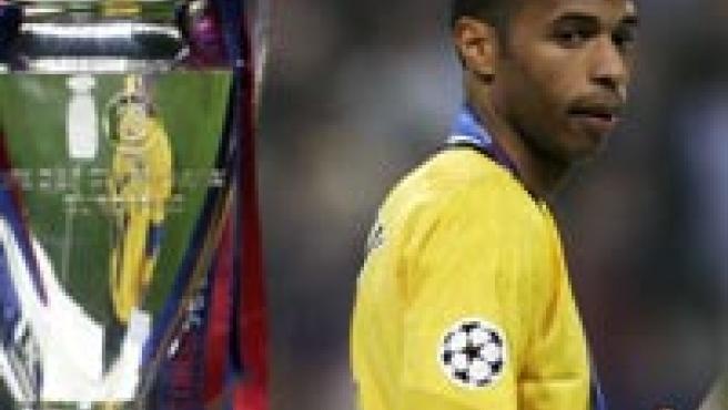 Thierry Henry mira de reojo el trofeo de la Liga de Campeones.