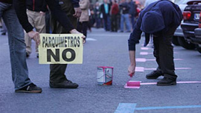 Los vecinos de Fuencarral ya pintaron sus plazas antes de rosa (fotos: Jorge París).