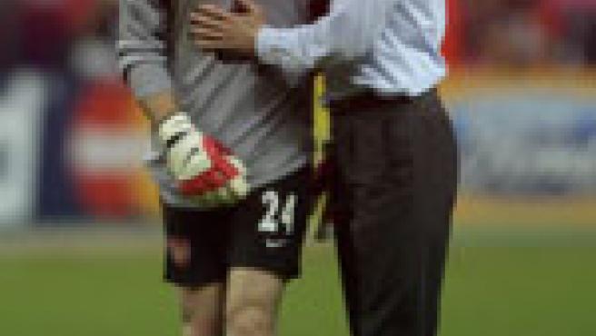 Wenger consuela a Almunia tras el partido (Reuters).